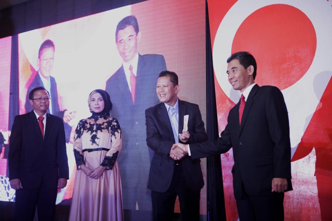 Penghargaan Eksportir Terbaik 2016 untuk PT Yamaha Indonesia Motor Manufacturing diterima Mujiyo (kanan) - Manager Export-Import PT