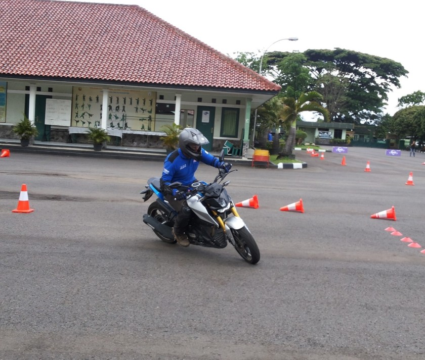 kompetisi-gymkhana-instruktur-yamaha-riding-academy-menggunakan-xabre-di-jambore-nasional-ke-2-yra-1