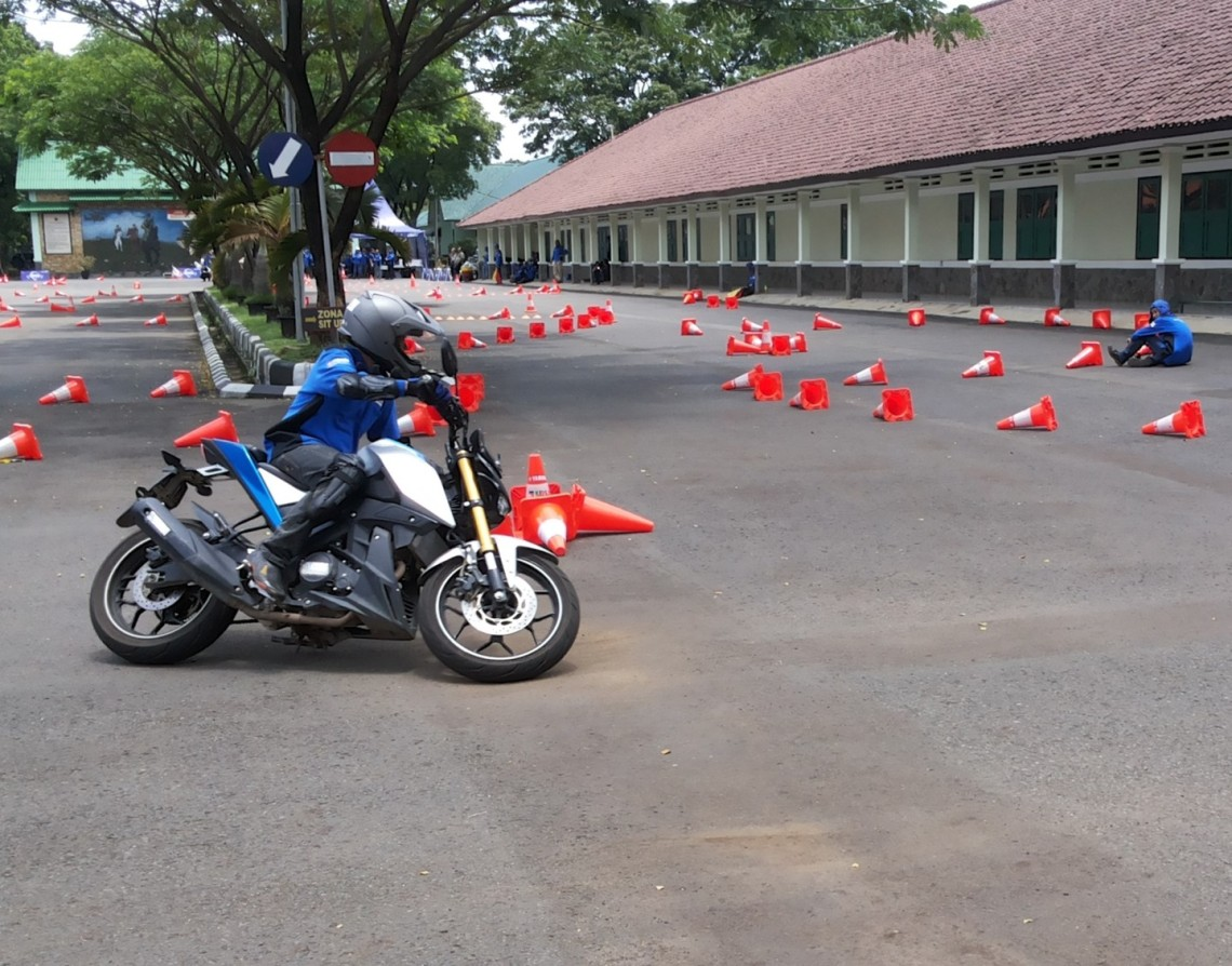 kompetisi-gymkhana-instruktur-yamaha-riding-academy-menggunakan-xabre-di-jambore-nasional-ke-2-yra-2