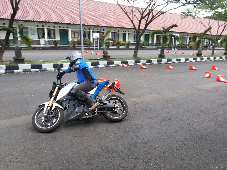 kompetisi-gymkhana-instruktur-yamaha-riding-academy-menggunakan-xabre-di-jambore-nasional-ke-2-yra-3