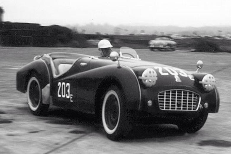 "William ""Pete"" Snell saat mengendarai Triumph TR2 Roadster"