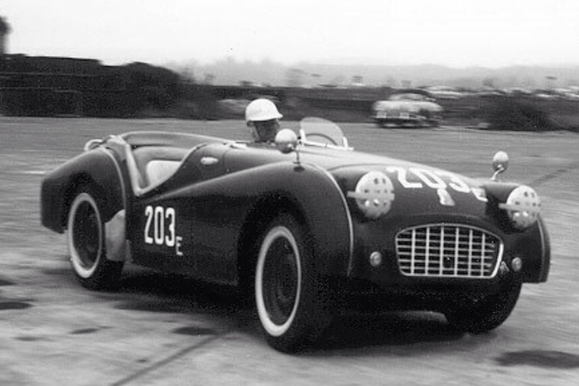 "William ""Pete"" Snell saat mengendarai Triumph TR2 Roadster"