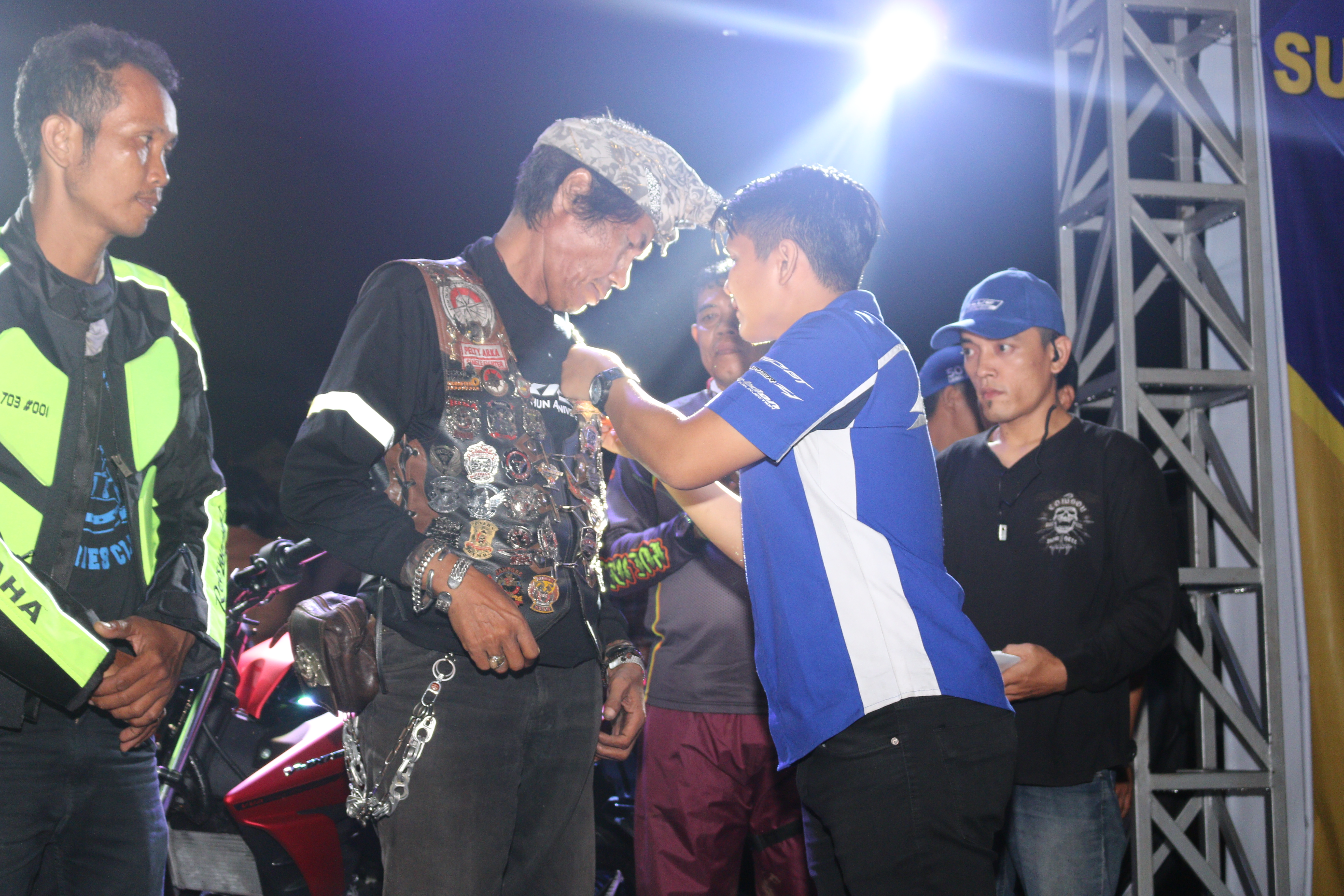 Pemasangan pin 1 Dekade Vixion kepada perwakilan klub oleh Irsyal Harahap (bagian promosi Yamaha Medan)