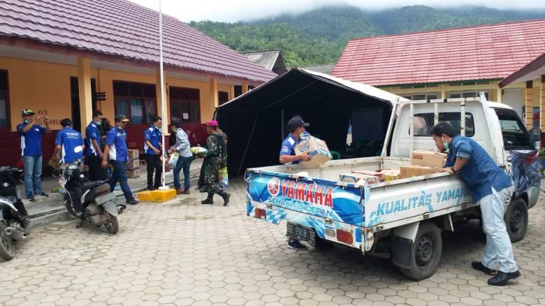 yamaha bersama yrfi lampung menyerahkan bantuan kepada para korban bencana tsunami selat sunda di tempat pengungsian