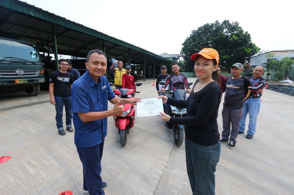 Pemberian sertifikat kepada peserta Yamaha Riding Academy (YRA)
