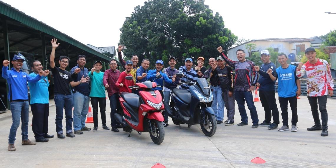 Peserta Yamaha Riding Academy (YRA) bersama tim instruktur YRA