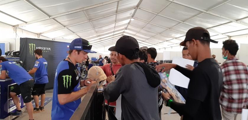 Jeremy Seewer disambangi fans di paddock sirkuit BSB Semarang