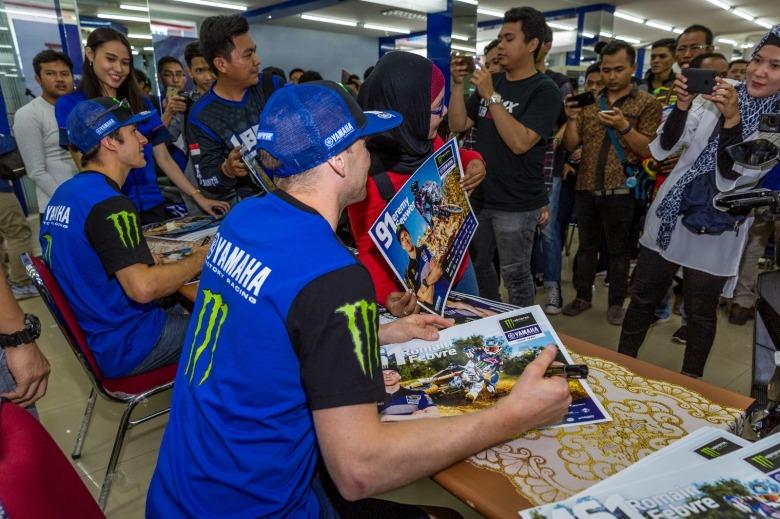 Pembalap Monster Energy Yamaha Factory yakni Jeremy Seewer dan Romain Febvre dalam meet & greet di Sentral Yamaha Palembang (1)