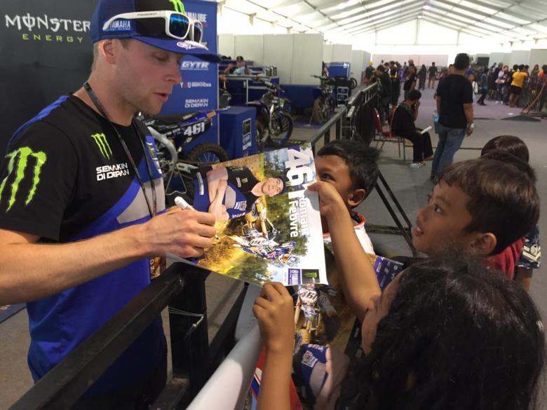 Romain Febvre disambangi fans cilik di paddock sirkuit BSB Semarang