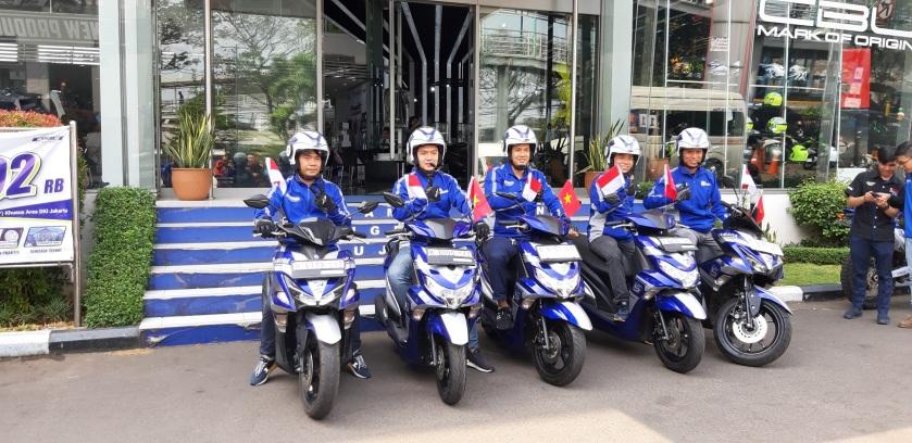 """5 Bikers Yamaha Touring 5 Negara """"Blue Core 5 Year Celebration"""" saat berkunjung ke Yamaha Flagship Shop Jakarta (3)"""