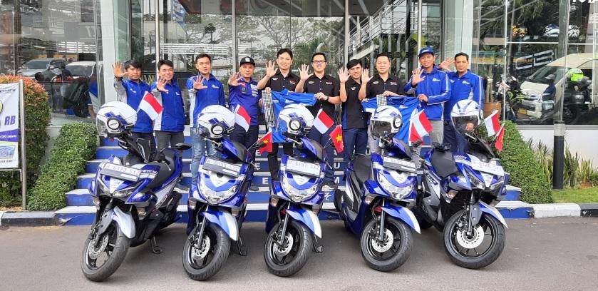 "Management PT YIMM bersama 5 Bikers Yamaha Touring 5 Negara ""Blue Core 5 Year Celebration"" saat berkunjung ke Yamaha Flagship Shop Jakarta"