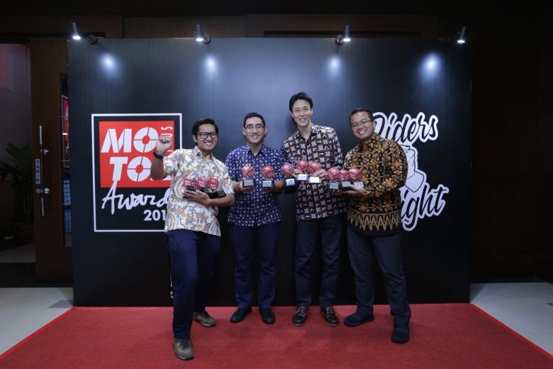 Management PT YIMM dengan penghargaan dari Motor Plus Award 2019